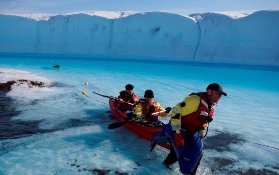 Голубая река на леднике в гренландии